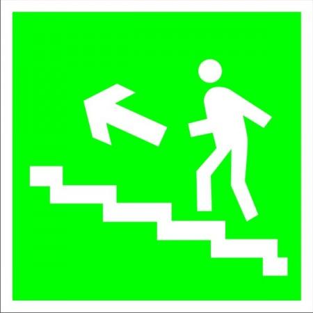 Направление к эвакуационному выходу по лестнице вверх налево, табличка